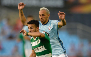 Marcelo D�az trata de arrebatarle el cuero a Villafanez, del...