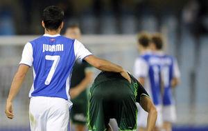 Juanmi (23) consuela a un jugador del Betis en Anoeta.