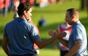 Rafa Cabrera-Bello y Sergio García se saludan tras ganar a Holmes y...