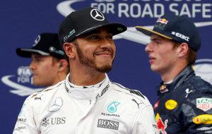 Lewis Hamilton, sonriente tras conseguir la pole