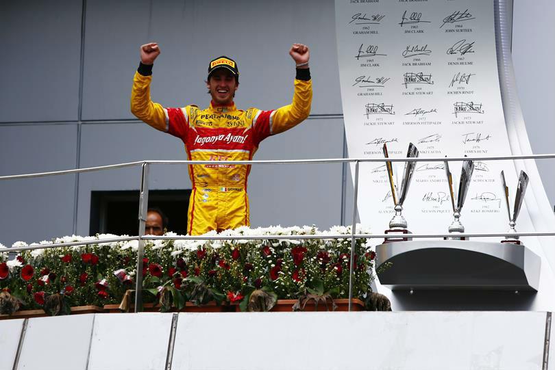 Giovinazzi celebra la victoria en el podio de Sepang.