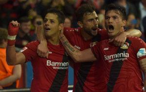 Javier Hern�ndez celebra junto a sus compa�eros un gol del Bayer...