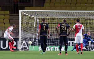 Fabinho anota de penalti ante el Guingamp.