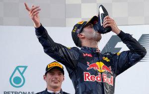 Ricciardo bebe de su bota en el podio