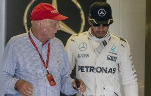 Lauda, conversando con Hamilton en un Gran Premio