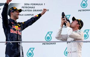Rosberg bebe de la bota de Ricciardo mientras éste le anima