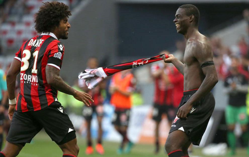 Balotelli celebra su gol al Lorient.