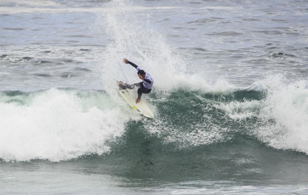 Jonathan González, sobre una ola.