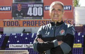 Paco Herrera posa para MARCA con la cifra 400 en el videomarcador