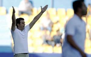 Alberto Toril levanta los brazos durante el choque en Alcorc�n