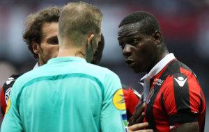 Balotelli discute con el �rbitro tras ser expulsado.