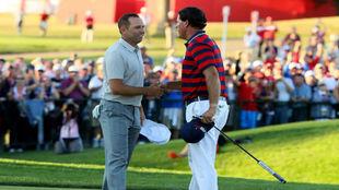 Sergio García y Phil Mickelson se saludan a la conclusión del...