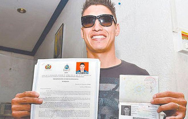 Nelson Cabrera muestra sus documentos que lo acreditan como boliviano.