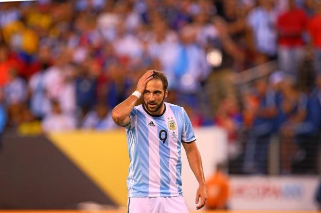 Higuaín se lamenta durante un partido ante Argentina.