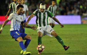 Camacho pugna con Joaqu�n en el partido frente al Betis.