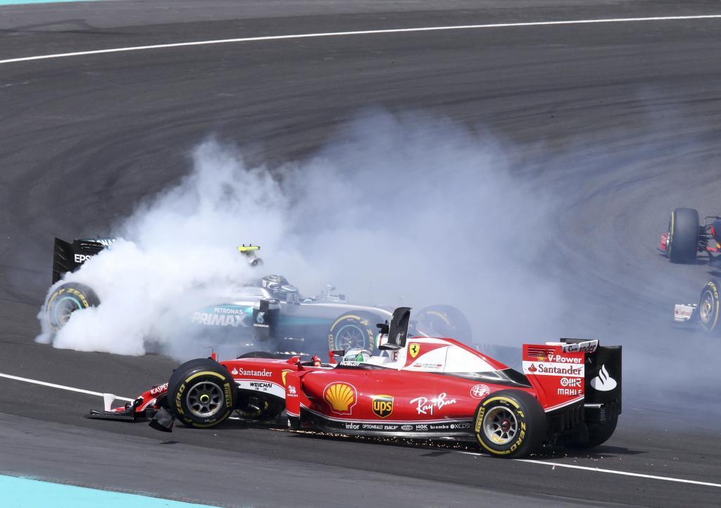 Vettel destroza la dirección de su Ferrari tras embestir a Rosberg y...