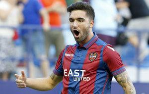 Jason Remeseiro (22) celebra el tanto que anot� al Valladolid en el...