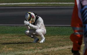 Hamilton, hundido tras abandonar en Malasia cuando lideraba la...