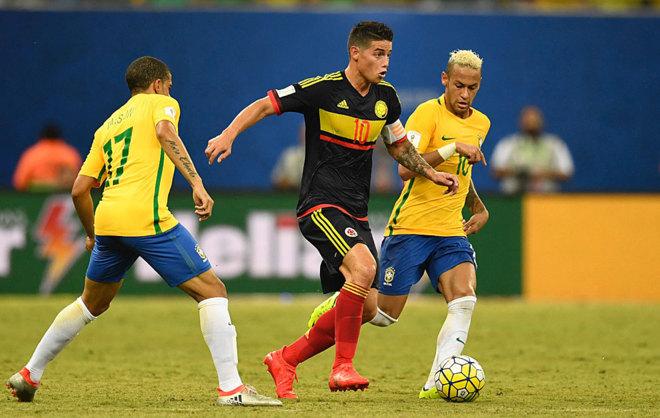 James se ññeva el balón ante los brasileños Neymar y Taison.