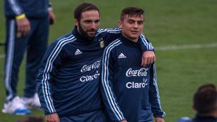 Higuaín y Dybala tras el entrenamiento con la selección argentina
