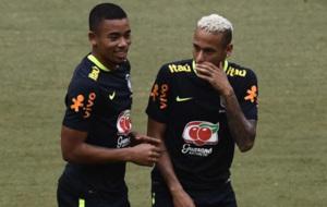 Neymar y Gabriel Jes�s hablando en el entrenamiento con su selecci�n