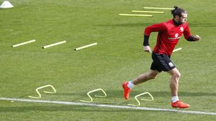 Bale, durante el entrenamiento e Gales de ayer
