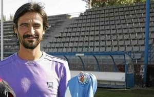 Sergio Pach�n posa con una camiseta del Getafe para un reportaje de...
