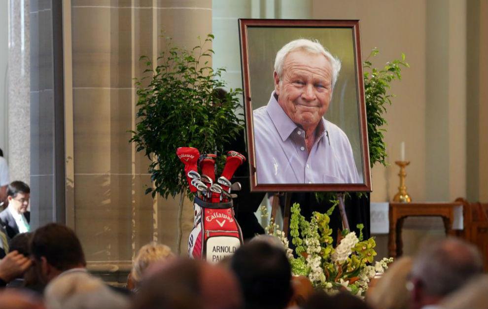 Esta imagen de Arnold Palmer y su bolsa de palos presidieron el altar...