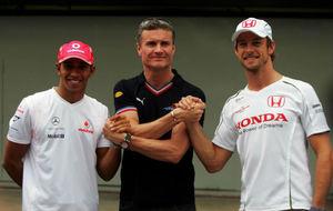 Coulthard estrecha las manos de Hamilton y Button en el GP de Brasil...
