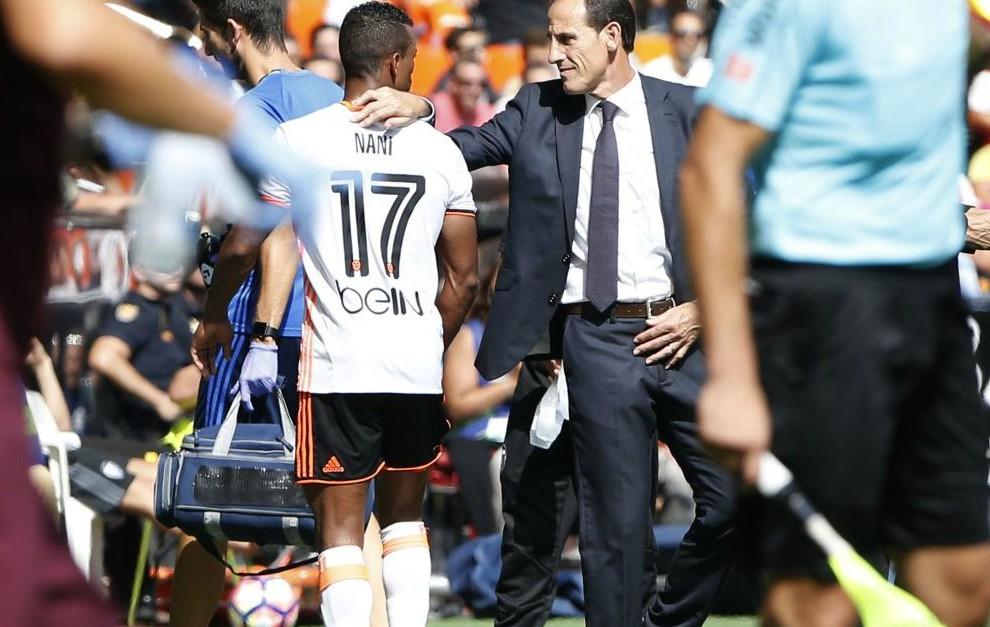 Nani se retira del último partido ante el Atlético lesionado.
