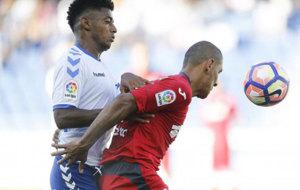 El Cata D�az pugna con Lozano, jugador del Tenerife.