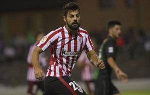 Asier Villalibre durante el partido ante el Sestao.