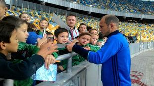 Zozulya, firmando autógrafos antes del partido