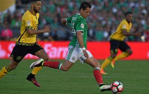 Chicharito lanza a porter�a en un duelo de la Copa Am�rica.