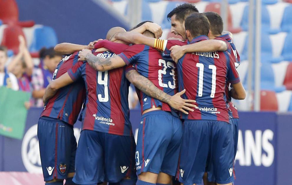 La plantilla del Levante celebra un gol.