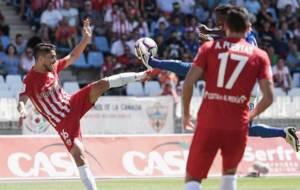 Fidel intenta una volea en el partido ante el Tenerife