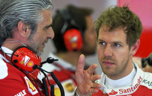 Maurizio Arrivaben charla con Sebastian Vettel en un gran premio de...