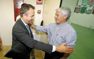 Carlos P�rez saluda a Juan Serrano tras la Junta de septiembre de...