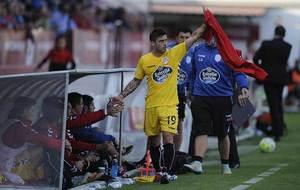 Igor Mart�nez saluda tras ser sustituido en Anduva la pasada campa�a