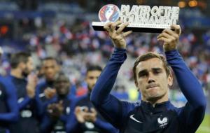 Griezmann en los proleg�menos del Francia-Bulgaria recogiendo el...