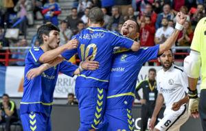 Ricardinho y Cardinal se abrazan tras un gol durante un partido de la...