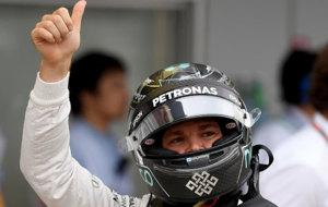 Nico Rosberg saluda al p�blico tras la calificaci�n