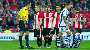 Jugadores del Athletic protestan al árbitro durante el derbi vasco.