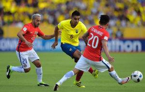 Marcelo D�az lucha por el bal�n.
