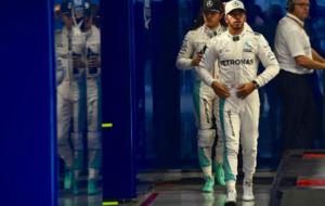 Hamilton y Rosberg, tras el pesaje despu�s de la calificaci�n del...