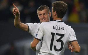 Kroos celebra con M�ller su gol a la Rep�blica Checa.