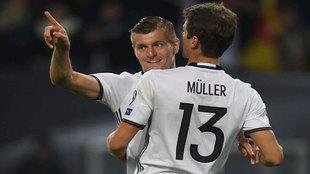 Kroos celebra con Müller su gol a la República Checa.