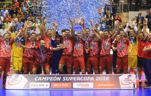 Los jugadores de ElPozo celebran su triunfo en la Supercopa.