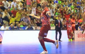 Miguel�n celebra uno de sus goles en la Supercopa.