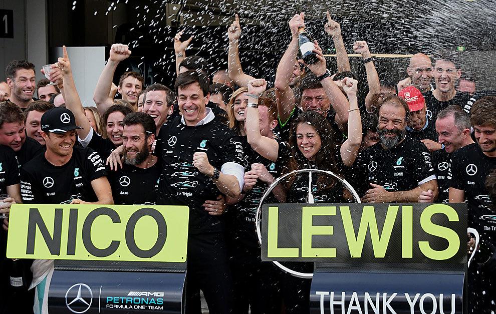 Los integrantes de Mercedes celebran e título de constructores